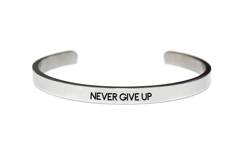 Key Moments 8KM-BM0010 Stalen open bangle met tekst never give up one-size zilverkleurig