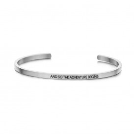 Key Moments 8KM-B00109 Stalen open bangle met tekst and so the adventure begins zirkonia one-size zilverkleurig
